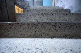 Schodiště z bílého betonu