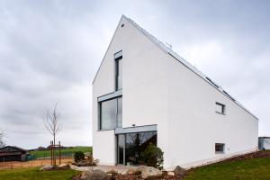 """Rodinný dům se šikmou střechou """"na druhou"""", Struhařov u Mnichovic"""