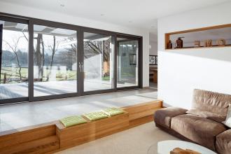Nový posuvně-zdvižný systém Schüco LivIngSlide propojí interiér s domu s venkovní terasou