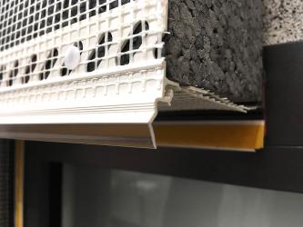 Zakončovací profil s transparentní okapničkou a tkaninou