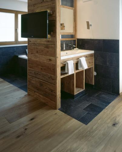 Dřevěná vícevrstvá krytina Kährs v koupelně