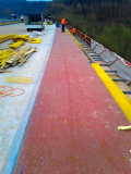 Nanášení pečeticích vrstev s produktem MC-DUR LF 680 na dálnici A8 u obce Merzig-Wellingen v Německu