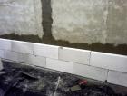Přizdívka z pórobetonu celoplošně lepená na omítnutou stěnu z Porotherm 25 AKU SYM