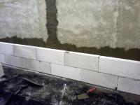 Obr. 1: Přizdívka z pórobetonu celoplošně lepená na omítnutou stěnu z Porotherm 25 AKU SYM