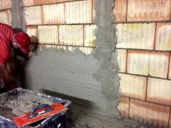 Obr. 1: Provádění vápenocementové omítky na stěnu z Porotherm 25 AKU SYM