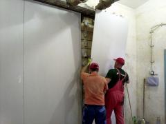 Obr. 2: Provádění bodově lepeného obkladu sádrokarotonovými deskami na neomítnutou stěnu z Porotherm 25 AKU SYM