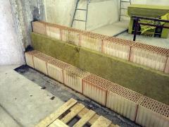 Obr. 4: Provádění dvojité stěny z cihel Porotherm 19 AKU Profi s mezerou tl. 50 mm vyplněnou minerální vatou Isover UNI
