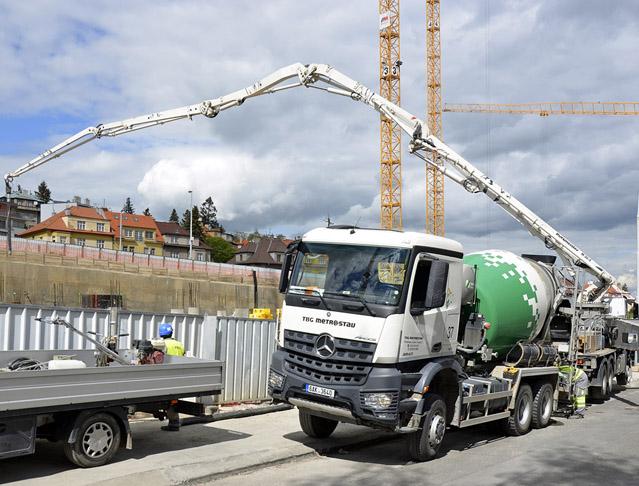 Doprava betonu a stavebních materiálů po Vltavě. Za letošek o 3000 náklaďáků ve městě méně