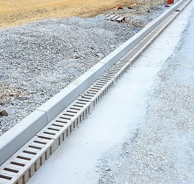 Monolitické žlaby MEA DM1500 odvodňují plochy s vysokou zátěží areálu v Holýšově