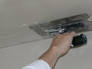 Obr. 7: Vytvoření pracovní spáry u stropu