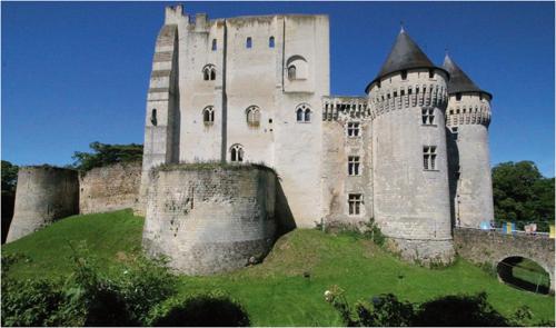 Nogent-le-Rotrou – ve středu je obytná věž (donjon nebo keep) z 11. století, která je obestavěná v dalších stavebních periodách, v tomto případě z konce 15. století