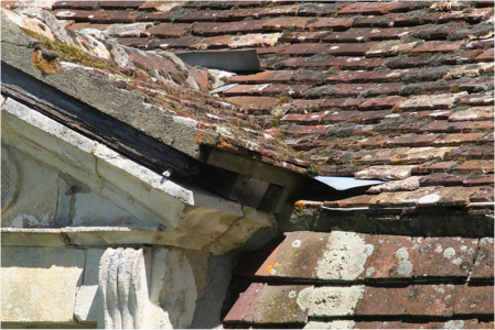 Konstrukční detail osazení okna do krytiny – moc klempířských detailů tam není