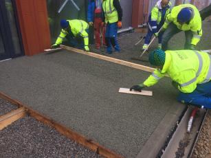 Ruční pokládka drenážního betonu ZAPA DROP