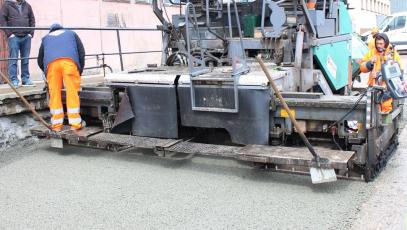Ukládání drenážního betonu ZAPA DROP pomocí finišeru