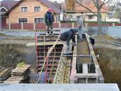 Obr. 6: Ocelové bednění běžně užívané pro betonové stěny (mechanické dusadlo položené na bednění)
