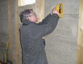 Obr. 14: Nedestruktivní zkouška pevnosti dusané stěny během výstavby domu