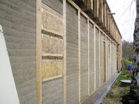 Obr. 19: Rodinný dům v Čelákovicích; a – exteriér po dokončení dusání před zahájením ukládání tepelné izolace stěn