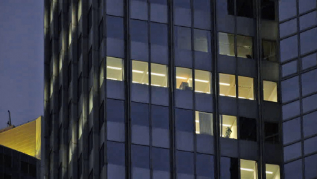 Obr. 5: Budova v noci
