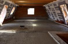 Vyrovnání podlahy podkroví nad klenbovým stropem