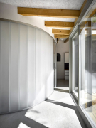 Oválná koupelna byla vytvořena jako solitérní elipsoidní prvek zcopilitu