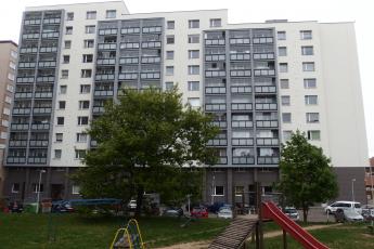 Bytový dům v ul. Budovatelů v Příbrami, zateplovací systém Cemixtherm K EPS a obklady RAKO