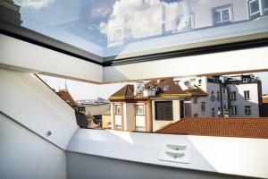 Detail ostění střešního okna a exkluzivní výhled z objektu