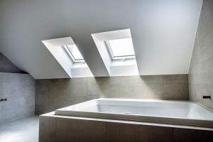 Dokončená koupelna v podkroví s opláštěním impregnovanými deskami Knauf Green