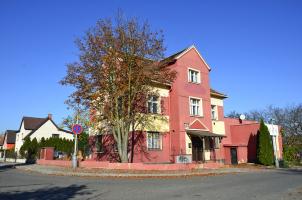 Nevhodně zvolený odstín barvy fasád vily i přístavby dřívějším nájemcem