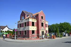 Budova byla odstrojena na nosnou konstrukci, krov i stropy sneseny