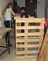 Obývák – přeměna učebny ve společenský prostor recyklovaným nábytkem a bytovými doplňky s využitím starých džínů