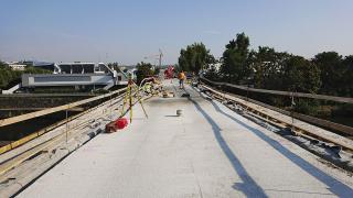 Na obloucích přes řeku už byla položena podkladní vrstva betonu pro roznášecí desku