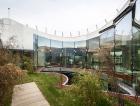1_Plochá střecha nové nástavby kombinuje pobytovou terasu se zahradou