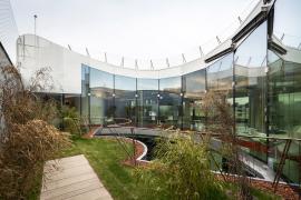 Plochá střecha nové nástavby kombinuje pobytovou terasu se zahradou