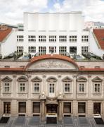 Průčelí do Hybernské ulice – pohled na barokní fasádu, za níž se skrývá stavba od Josefa Gočára