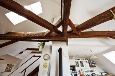 Interiér pod střechou je otevřen až do krovu