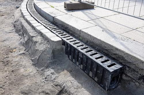Černé monolitické žlaby MEA DM1500 na rekonstruovaném mostě v Plzni
