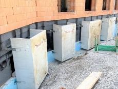 Hluboký suterén základní školy ve Zdicích u Berouna prosvětlen světlíky MEA