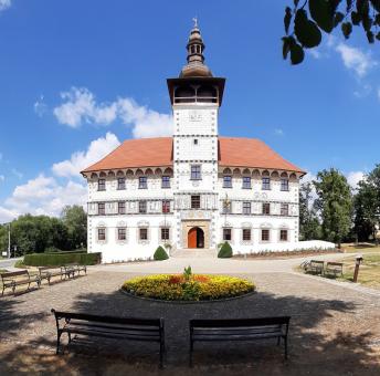 Generální oprava zámku ve Staré Vsi nad Ondřejnicí finišuje, taškou Granát 11 přispěl i Bramac