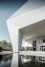 Restaurace Mimama s netradiční plošně prolamovanou fasádou obloženou prvky PREFA Siding