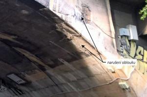Obr. 3a: Lícní strana narušeného mostního oblouku