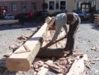Školáci i veřejnost sledují v Chebu tesaře při stavbě repliky historického krovu