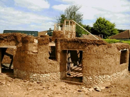 Obr. 2: Stavba domu z vrstveného zdiva, Cadhay, Devon, Anglie, Kevin McCabe Ltd.