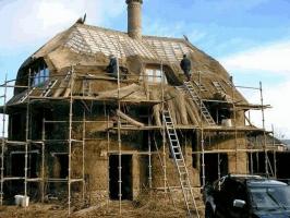 Obr. 3: Stavba domu z vrstveného zdiva, Cadhay, Devon, Anglie, Kevin McCabe Ltd.