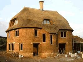 Obr. 4: Stavba domu z vrstveného zdiva, Cadhay, Devon, Anglie, Kevin McCabe Ltd.