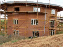 Obr. 6: Dingle Dell, Devon, Anglie, Kevin McCabe Ltd., hrubá stavba
