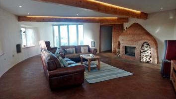 Obr. 9: Obývací pokoj s krbem