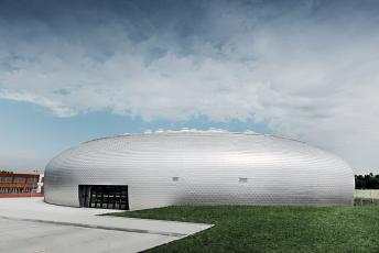 Hliníkové šindele PREFA na sportovní hale v Dolních Břežanech, foto Croce & WIR