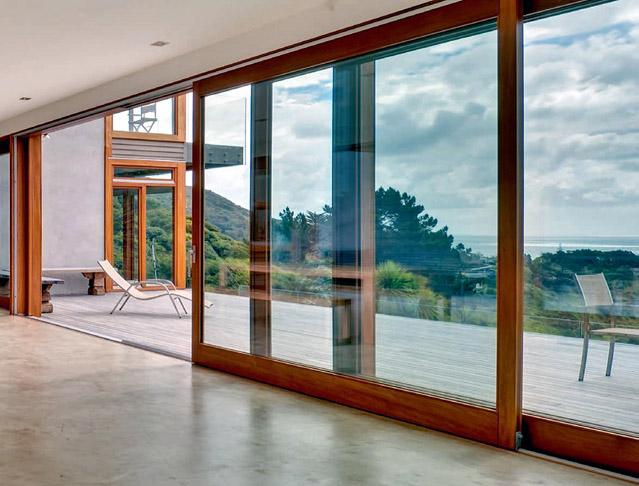 Okna z hlediska úniku tepla, akustiky, prostupu světla či bezpečnosti 13. Celoskleněné otvíravé stěny