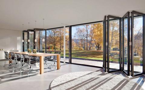 Obr. 6: Elementy se mohou skládat směrem do interiéru i exteriéru dle zvolené varianty provedení (zdroj www.hladik.info)