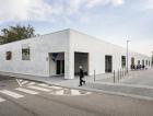 1_Grafickou podobu fasády navrhla Barbora Zachovalová. Vytvořila abstraktní a zároveň nenápadný lehce reflexní motiv, v přímém denním světle téměř neviditelný